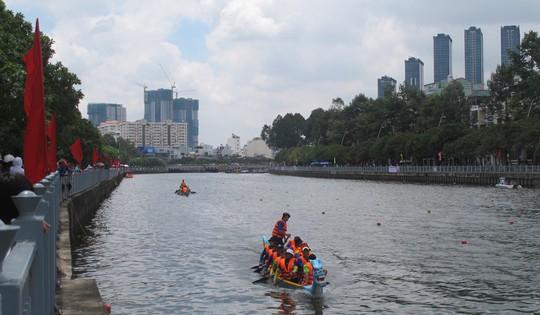 Tưng bừng đua thuyền rồng mừng Quốc khánh trên kênh Nhiêu Lộc - Ảnh 2.