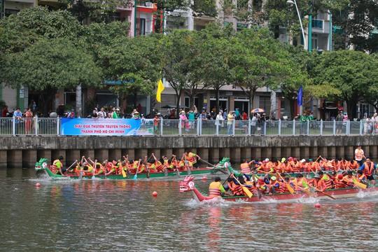 Tưng bừng đua thuyền rồng mừng Quốc khánh trên kênh Nhiêu Lộc - Ảnh 6.