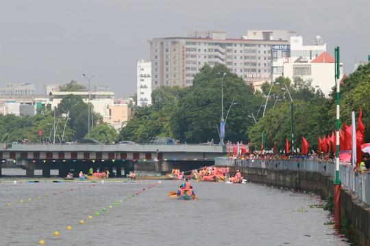 Tưng bừng đua thuyền rồng mừng Quốc khánh trên kênh Nhiêu Lộc - Ảnh 7.