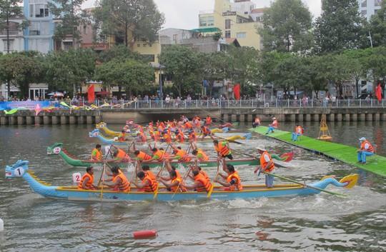 Tưng bừng đua thuyền rồng mừng Quốc khánh trên kênh Nhiêu Lộc - Ảnh 3.