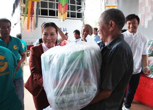 Công ty BĐS Đảo Vàng trao quà cho đồng bào bị thiệt hại do lũ lụt - Ảnh 2.