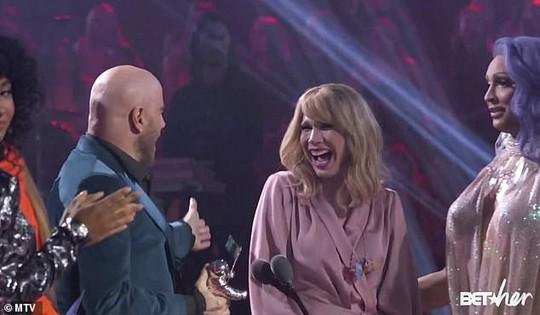John Travolta nhầm Taylor Swift với nghệ sĩ giả gái - Ảnh 3.