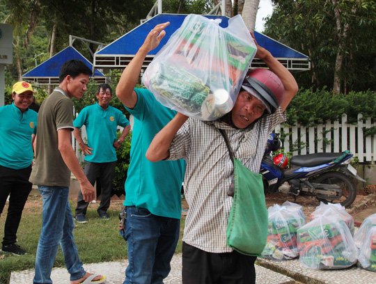Công ty BĐS Đảo Vàng trao quà cho đồng bào bị thiệt hại do lũ lụt - Ảnh 4.