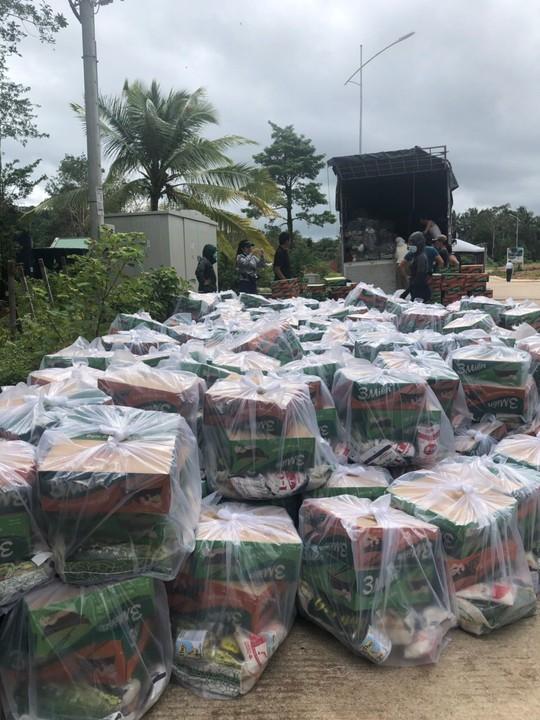 Công ty BĐS Đảo Vàng trao quà cho đồng bào bị thiệt hại do lũ lụt - Ảnh 6.