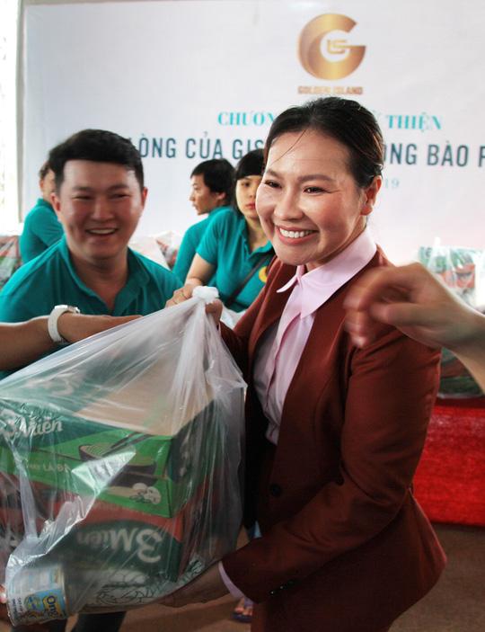 Công ty BĐS Đảo Vàng trao quà cho đồng bào bị thiệt hại do lũ lụt - Ảnh 1.