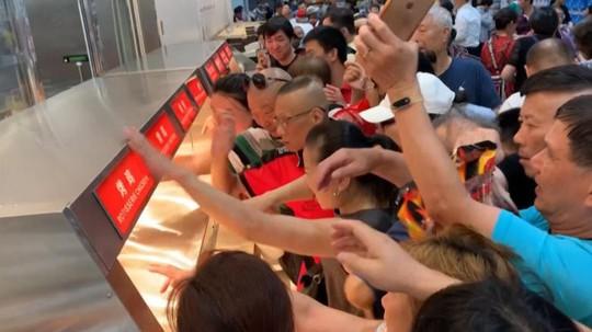 Siêu thị Mỹ tại Trung Quốc thất thủ trong ngày khai trương - Ảnh 2.