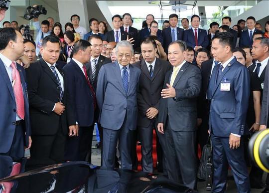 Thủ tướng Malaysia lái thử xe Vinfast ở tốc độ 100 km/giờ - Ảnh 1.