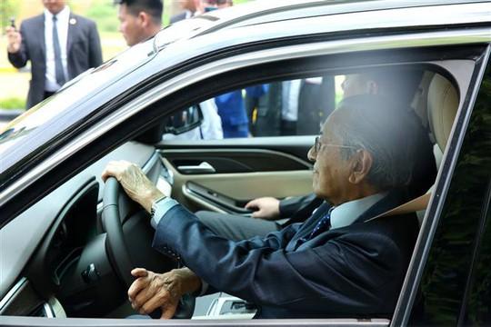 Thủ tướng Malaysia lái thử xe Vinfast ở tốc độ 100 km/giờ - Ảnh 2.