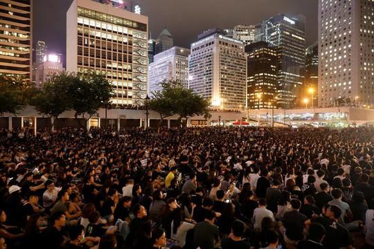 Hồng Kông: Hàng ngàn công chức bất chấp cảnh báo, tham gia biểu tình - Ảnh 2.