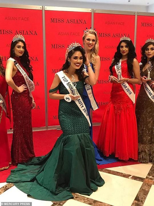 Tân Hoa hậu Anh thông thạo 5 ngoại ngữ, có 2 bằng đại học - Ảnh 10.