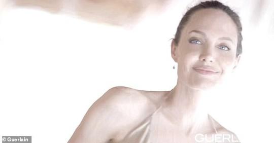 Angelina Jolie khoe lưng trần chi chít hình xăm - Ảnh 3.