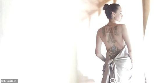 Angelina Jolie khoe lưng trần chi chít hình xăm - Ảnh 5.