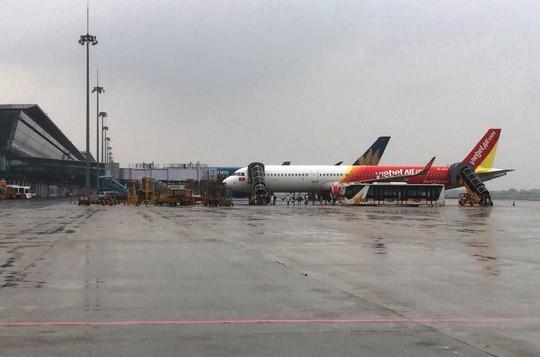 Đóng cửa sân bay Đồng Hới, Vinh đến 12 giờ trưa - Ảnh 1.