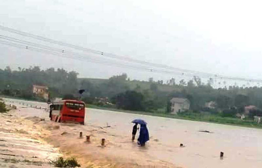 Clip: Thót tim cảnh xe khách chở 60 nữ công nhân cố vượt đường ngập nước lũ - Ảnh 3.