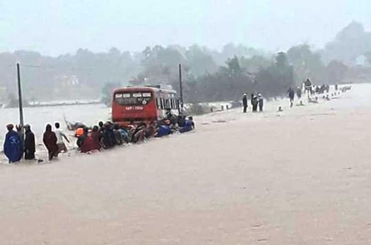 Clip: Thót tim cảnh xe khách chở 60 nữ công nhân cố vượt đường ngập nước lũ - Ảnh 1.