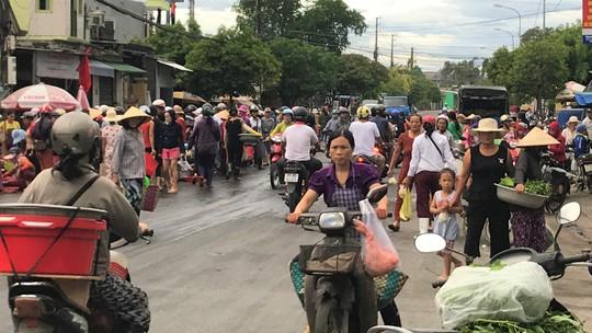 Thót tim cảnh hàng trăm người họp chợ giữa quốc lộ - Ảnh 2.