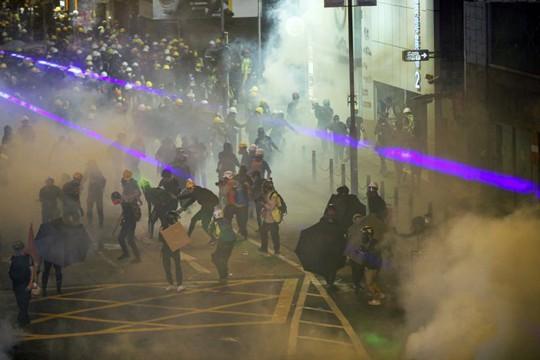 Hồng Kông: Cảnh sát và người biểu tình chơi mèo vờn chuột - Ảnh 7.