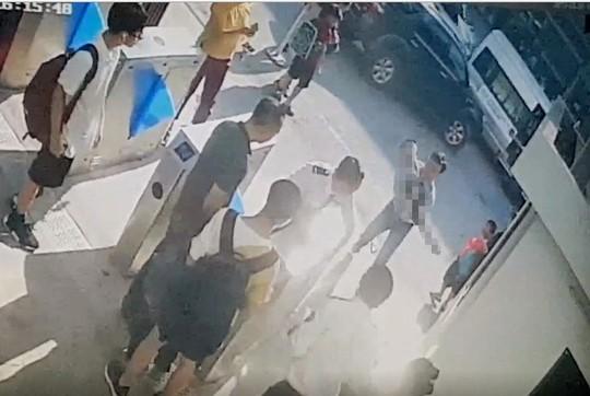 Xót xa cảnh phát hiện học sinh lớp 1 trường quốc tế ở Hà Nội cứng người trên ô tô - Ảnh 1.