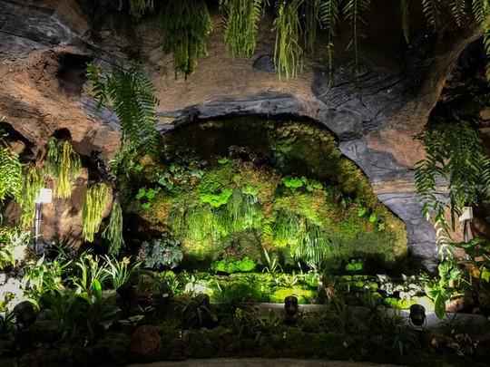 Khu vườn cổ tích với 15.000 bông hoa treo ngược - Ảnh 8.