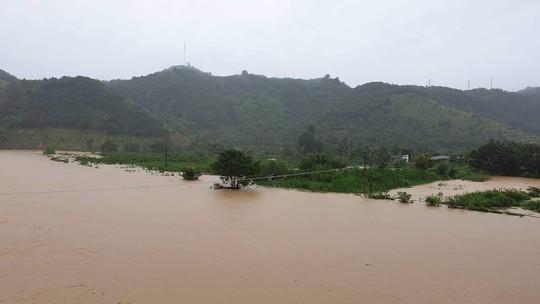 Lâm Đồng: Một Công an viên đi cứu hộ bị nước lũ cuốn trôi - Ảnh 4.