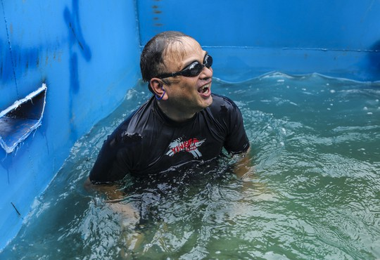 Clip: Chuyên gia Nhật Bản ngâm mình tắm nước sông Tô Lịch - Ảnh 7.