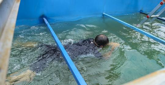 Clip: Chuyên gia Nhật Bản ngâm mình tắm nước sông Tô Lịch - Ảnh 10.