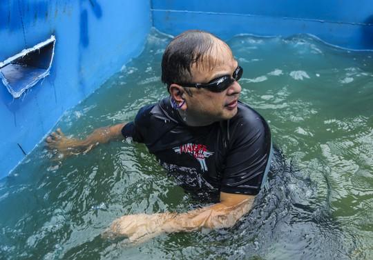 Clip: Chuyên gia Nhật Bản ngâm mình tắm nước sông Tô Lịch - Ảnh 8.