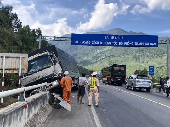 Xe tải mất thắng, tài xế nhanh trí tông vào đuôi xe ben thoát khỏi tai nạn nghiêm trọng - Ảnh 1.
