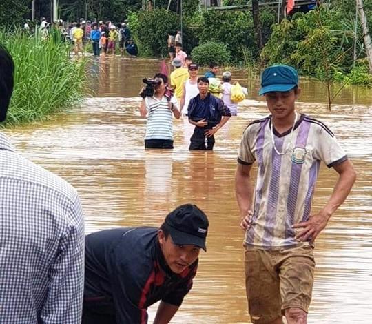 Xúc động tiễn biệt công an viên Phạm Minh Tú tử vong do cứu người trong lũ dữ - Ảnh 8.