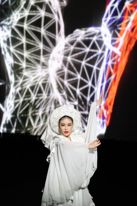 Hoàng Thùy Linh hóa thân cô Bơ lên đồng - Ảnh 3.