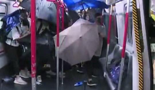 Cảnh sát Hồng Kông đuổi đánh, bắt giữ 40 người biểu tình - Ảnh 2.