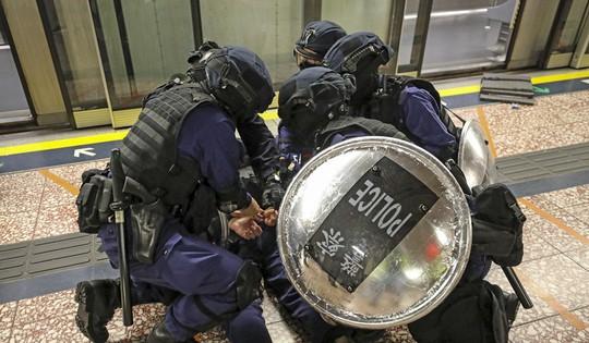 Cảnh sát Hồng Kông đuổi đánh, bắt giữ 40 người biểu tình - Ảnh 3.