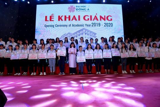 10 tỉ đồng học bổng khuyến tài và khuyến học cho tân sinh viên ĐH Đông Á - Ảnh 2.