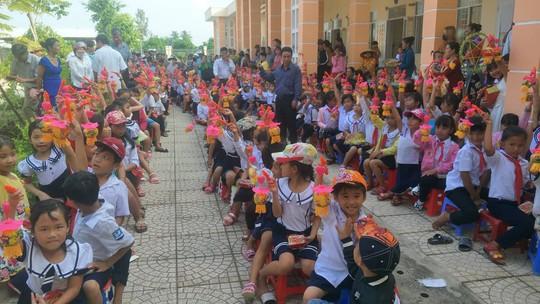 Báo Người Lao Động mang trung thu đến trẻ em nghèo Hậu Giang - Ảnh 14.