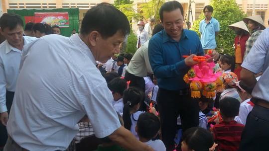 Báo Người Lao Động mang trung thu đến trẻ em nghèo Hậu Giang - Ảnh 5.