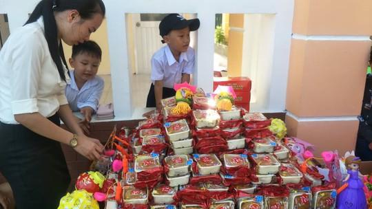 Báo Người Lao Động mang trung thu đến trẻ em nghèo Hậu Giang - Ảnh 2.