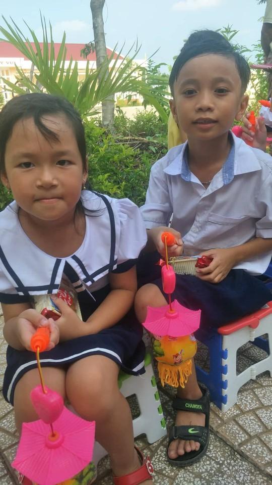 Báo Người Lao Động mang trung thu đến trẻ em nghèo Hậu Giang - Ảnh 12.