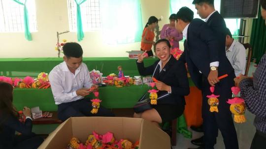 Báo Người Lao Động mang trung thu đến trẻ em nghèo Hậu Giang - Ảnh 1.