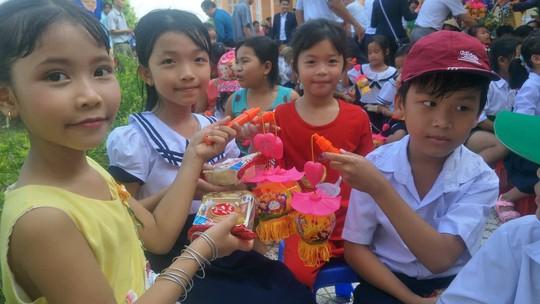 Báo Người Lao Động mang trung thu đến trẻ em nghèo Hậu Giang - Ảnh 11.