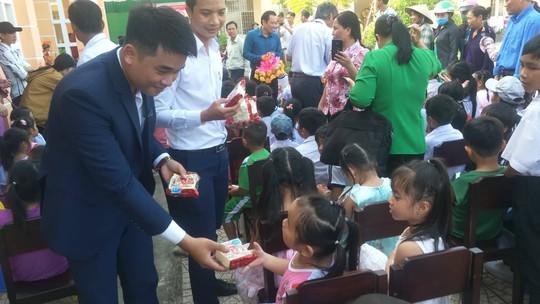 Báo Người Lao Động mang trung thu đến trẻ em nghèo Hậu Giang - Ảnh 7.