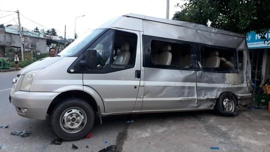 Xe tải mất thắng tông ôtô khách, lật đè lên xe máy khiến 3 người bị thương - Ảnh 2.