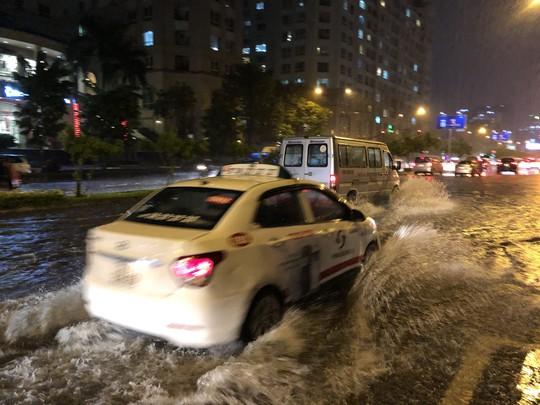 Mưa trắng trời, đường Nguyễn Hữu Cảnh lại ngập - Ảnh 6.