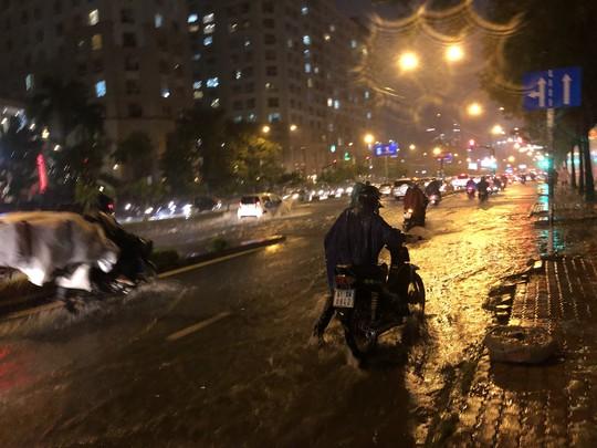 Mưa trắng trời, đường Nguyễn Hữu Cảnh lại ngập - Ảnh 3.