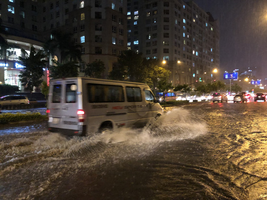 Mưa trắng trời, đường Nguyễn Hữu Cảnh lại ngập - Ảnh 4.