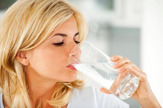 Điều gì xảy ra nếu uống quá nhiều nước hàng ngày? - Ảnh 1.