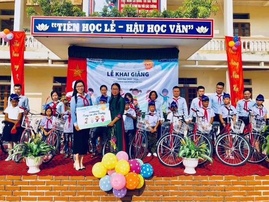 Eximbank tặng quà cho học sinh nghèo - Ảnh 1.