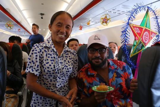 Jetstar Pacific nói gì về chiếc bánh Trung thu siêu to bà Tân Vlog mang lên máy bay? - Ảnh 3.