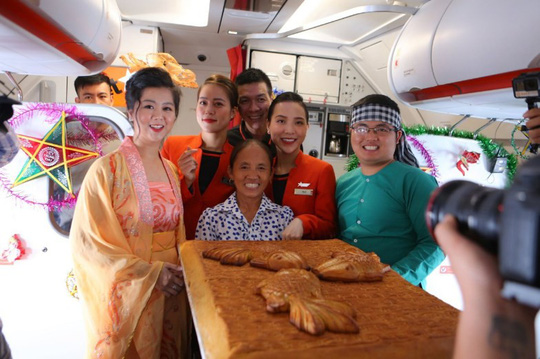 Jetstar Pacific nói gì về chiếc bánh Trung thu siêu to bà Tân Vlog mang lên máy bay? - Ảnh 1.