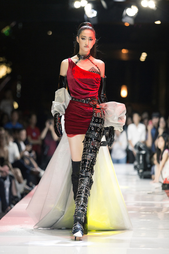 Hoa hậu Lương Thùy Linh gây bất ngờ trên sàn diễn thời trang - Ảnh 1.