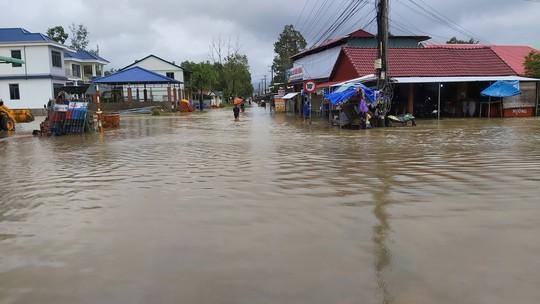 Phú Quốc lại sạt lở, ngập sâu sau cơn mưa lớn kéo dài - Ảnh 3.